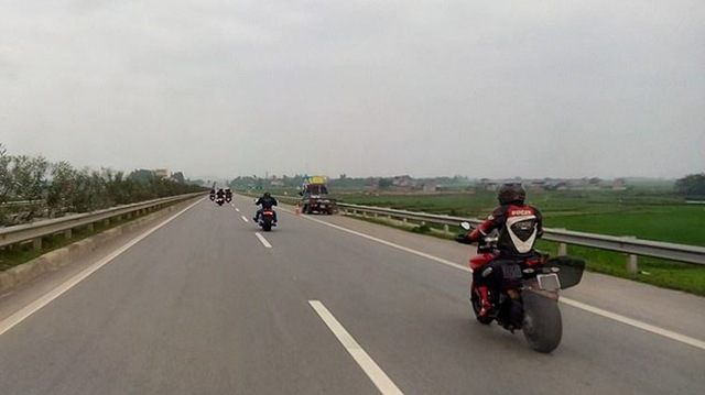 Một đoàn mô tô phân khối lớn từng cố tình chạy vào đường cao tốc Nội Bài - Lào Cai hồi cuối tháng 3 vừa qua (Ảnh: Nguyen Ha).