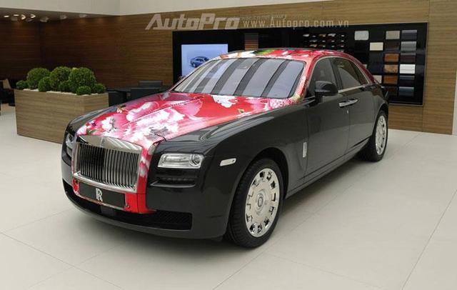 """Rolls-Royce từng huy hoàng với các phiên bản đặc biệt chắc cũng không bao giờ nghĩ tới một chiếc xe phiên bản """"Chăn con công"""" như vậy."""