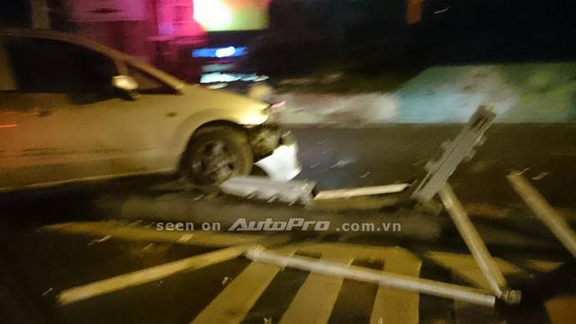 Chiếc xe đâm đổ dải phân cách và suýt leo sang phần đường ngược chiều đối diện.