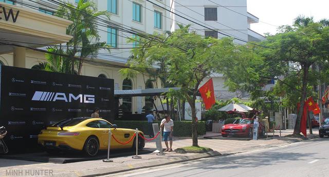 Bên cạnh sự xuất hiện của chiếc GT S Edition 1 là siêu xe cửa cánh chim SLS.