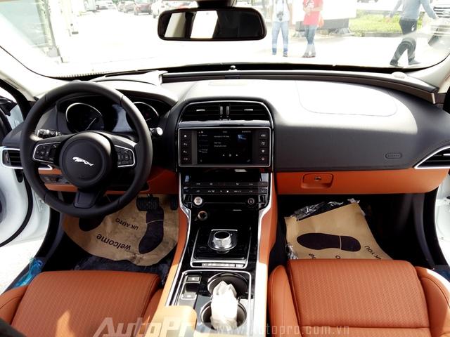 Nội thất vẫn toát lên vẻ sang trọng thường thấy trên các mẫu xe của Jaguar.