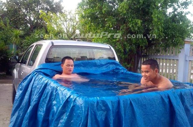 Thùng sau của chiếc xe bán tải trở thành hồ bơi giải nhiệt ngày hè.