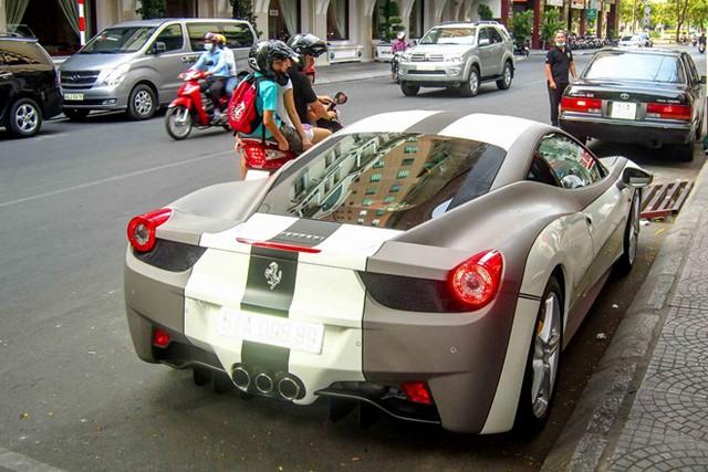 """Ferrari 458 Italia được dán decal trắng - xám độc đáo. Xe nguyên bản màu trắng Bianco Avus, từng tham gia hành trình """"Car Passion 2011""""."""