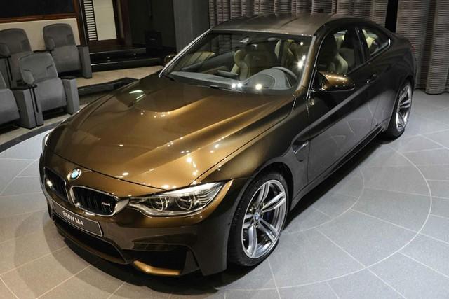 BMW M4 sơn màu nâu Pyrite Brown tại Abu Dhabi.