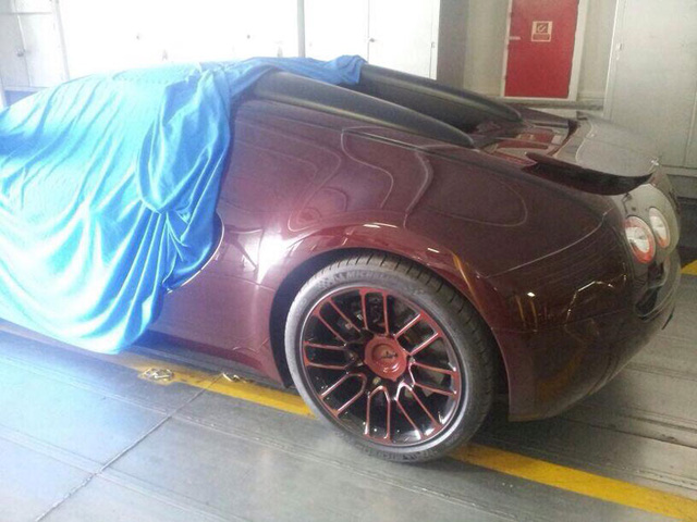 Chiếc Bugatti Veyron cuối cùng xuất xưởng trên đường vận chuyển tới Gibraltar.
