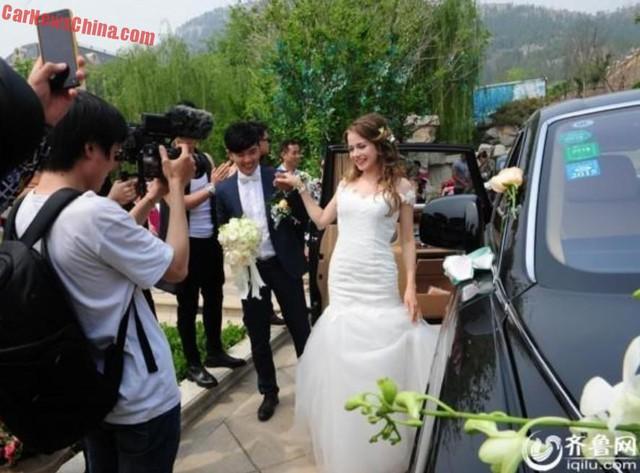 """Chú rể đưa cô dâu người Nga """"xinh như mộng"""" ra khỏi chiếc Rolls-Royce Phantom."""
