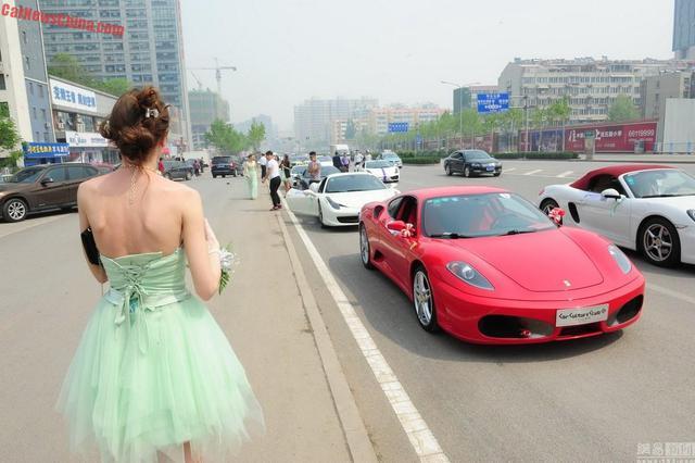 Một cô phù dâu người Nga đứng gần 2 chiếc siêu xe Ferrari trong đám cưới.