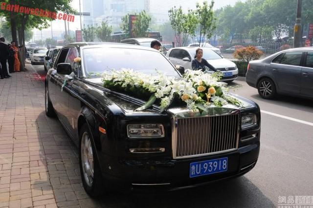 Chiếc Rolls-Royce Phantom làm xe hoa của cô dâu, chú rể.