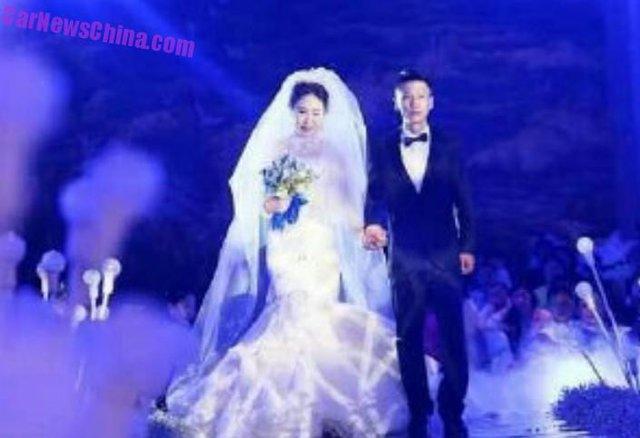 Cô dấu, chú rể dắt tay nhau trong đám cưới.