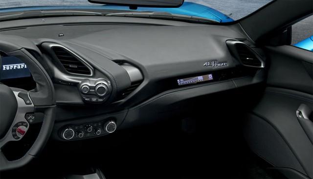 Màn hình tùy chọn dành riêng cho hành khách ngồi trên ghế phụ lái của Ferrari 488 Spider.