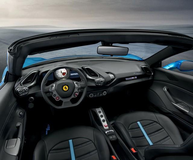 Khoang lái của siêu xe mui trần Ferrari 488 Spider mới.