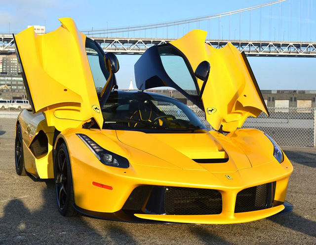 Siêu xe Ferrari LaFerrari màu vàng rực rỡ của ông Sloss.
