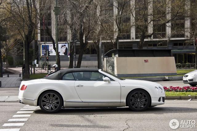 Gareth Bale lái Bentley Continental GTC Speed trên đường phố Madrid, Tây Ban Nha.