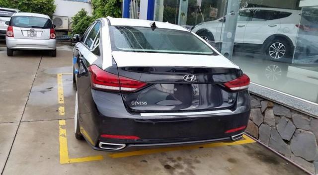 Chiếc Hyundai Genesis Sedan 2015 tại Việt Nam được trang bị động cơ V6, dung tích 3,8 lít. Ảnh: Otosaigon