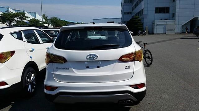 """Phần đuôi của Hyundai Santa Fe 2016 với nhãn """"3.3L"""" cho thấy dung tích xi-lanh của động cơ."""