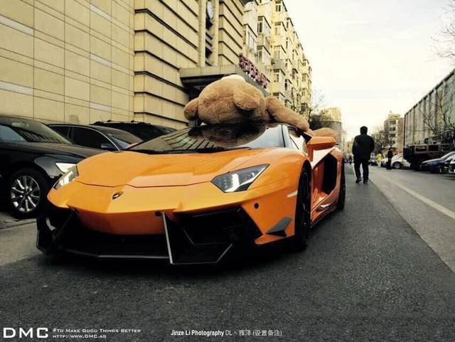 Chiếc siêu xe Lamborghini Aventador phiên bản độ của DMC chở gấu bông trên phố.