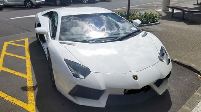 Hình ảnh chiếc Lamborghini Aventador đỗ vào chỗ dành cho người tàn tật được lan truyền trên mạng.