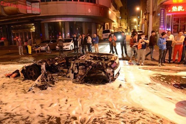 Vụ cháy đã thu hút sự chú ý của rất nhiều người.