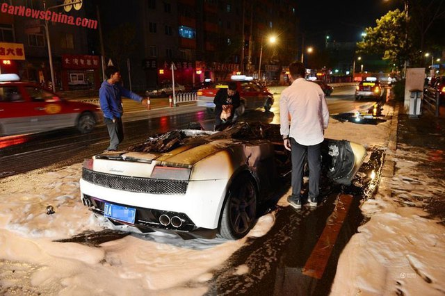 Sau khi lửa được dập tắt, nhiều người hiếu kỳ đã vây quanh chiếc siêu xe.