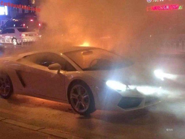 Ngọn lửa bốc lên từ phía bên trái đuôi xe.