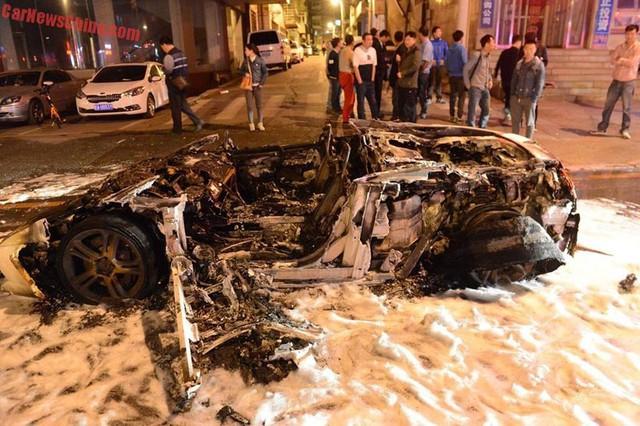 Chiếc siêu xe Lamborghini Gallardo cháy chỉ còn trơ khung.