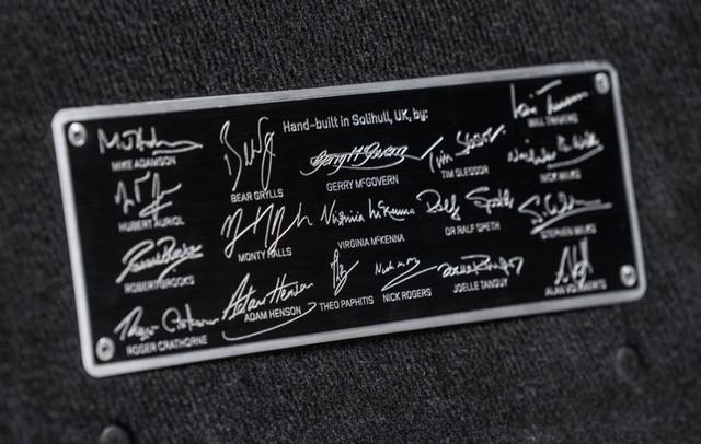 Tấm biển tập hợp chữ ký của những người góp phần lắp ráp chiếc Land Rover Defender 2,000,000.