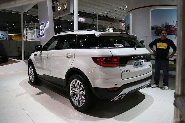 Landwind X7 với kiểu dáng giống hệt Range Rover Evoque được trưng bày trong triển lãm Thượng Hải 2015.