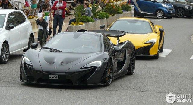 Chiếc siêu xe McLaren P1 mới của Button chạy trên đường phố.