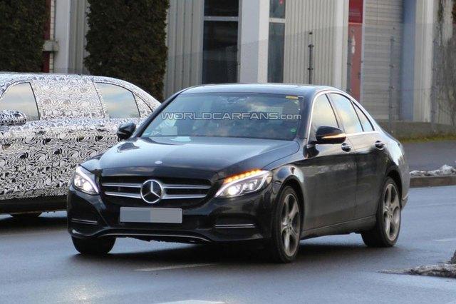 Chiếc Mercedes-Benz C-Class bí ấn trên đường thử.