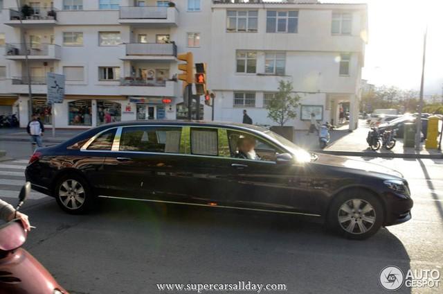 Chiếc limousine sang trọng Mercedes-Maybach S600 Pullman xuất hiện trên đường phố Tây Ban Nha.
