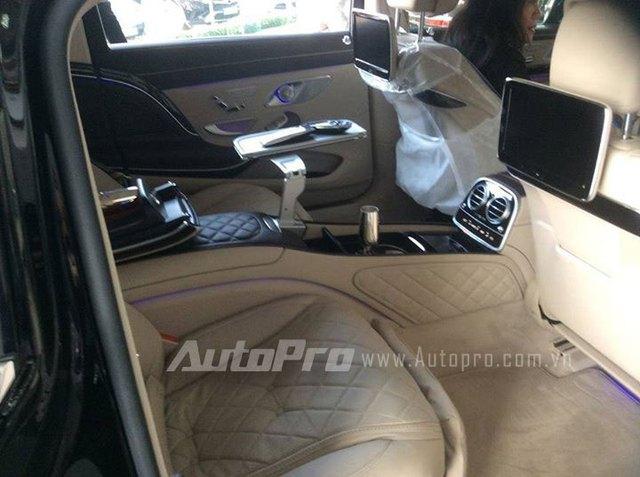 Chiếc Mercedes-Maybach S600 đầu tiên về Việt Nam được trang bị nội thất bọc da màu đen và kem sang trọng.
