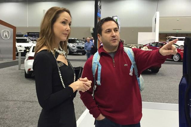 Người mẫu kiêm diễn viên Cathleen Hennon bàn về những chiếc SUV hạng sang của Lexus với bà Ramin Kazemi trong triển lãm Indy 2014. Trong vài năm trở lại đây, các chuyên gia sản phẩm còn được đòi hỏi phải có một số kỹ năng nhất định như sử dụng thành thạo điện thoại thông minh.