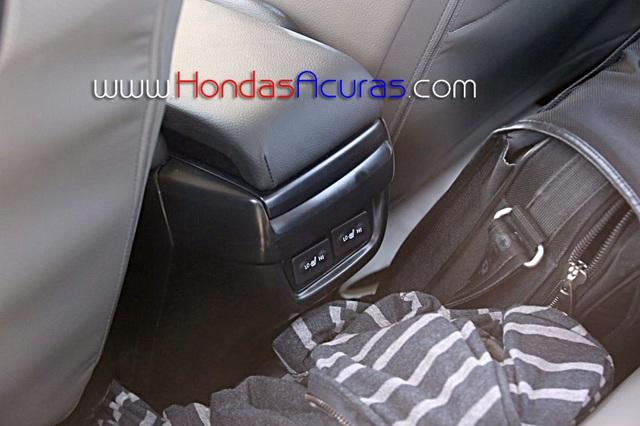 Trong Honda Civic 2016 còn có ghế sưởi dành cho hành khách phía sau.