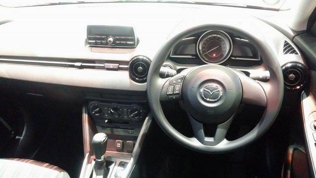 Nội thất của Mazda2 1.3 SkyActiv-G 2015 bản tiêu chuẩn.