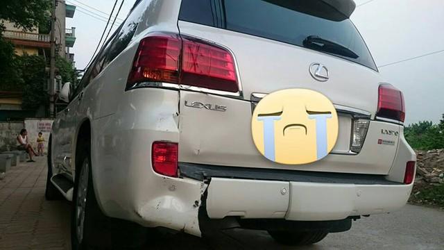 Chiếc Lexus LX570 bị rách cản ca. (Ảnh: Đào Minh Tuấn/Otofun)