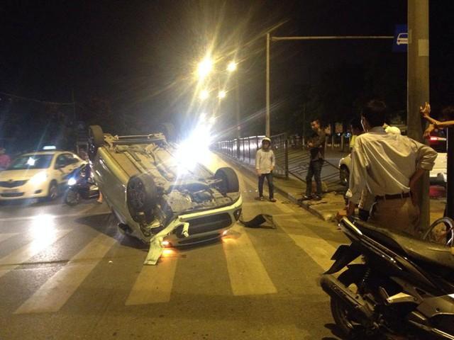 Chiếc Kia Morning lật ngửa trước bến xe Giáp Bát. (Ảnh: Kudo Nguyen/Otofun)