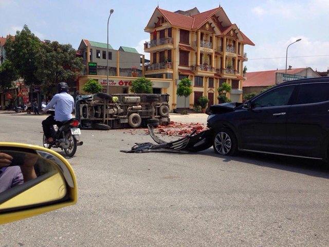 Chiếc Hyundai Santa Fe bị hư hỏng đáng kể sau vụ tai nạn. Ảnh: Chích Bông/Otofun