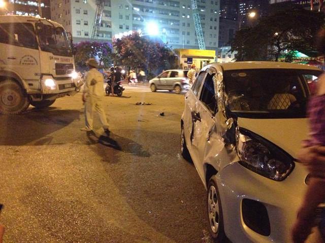 Chiếc Kia Morning bị móp méo hết hông xe bên phải. Ảnh: Đặng Trung/Otofun