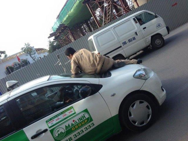 Taxi Mai Linh hất dân phòng lên nắp capô. Ảnh: Đoàn Trí Trung/Otofun