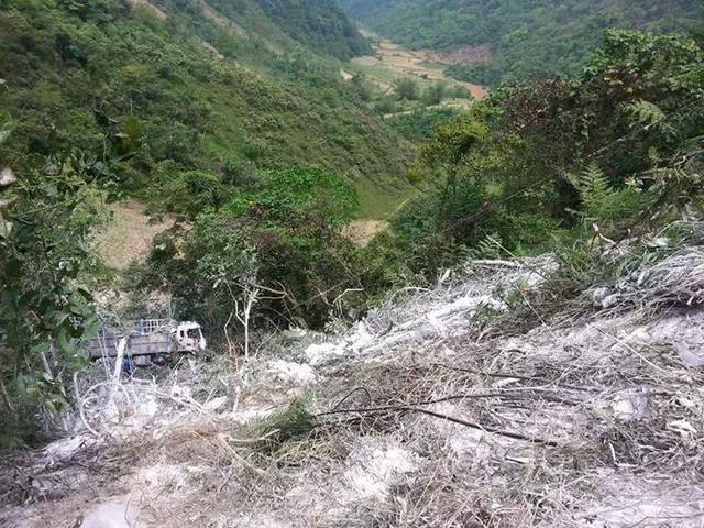 Xe tải rơi xuống vực sâu 100 mét (Ảnh: Facebook/Hoang Tuoi).