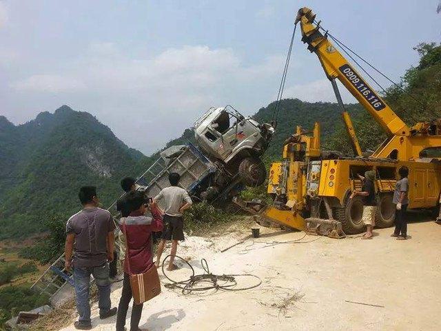 Chiếc xe tải được trục vớt từ dưới vực lên (Ảnh: Facebook/Hoang Tuoi).