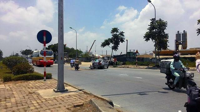 Chiếc taxi bị xe buýt húc vỡ đuôi. Ảnh: Dat Quang La/Otofun