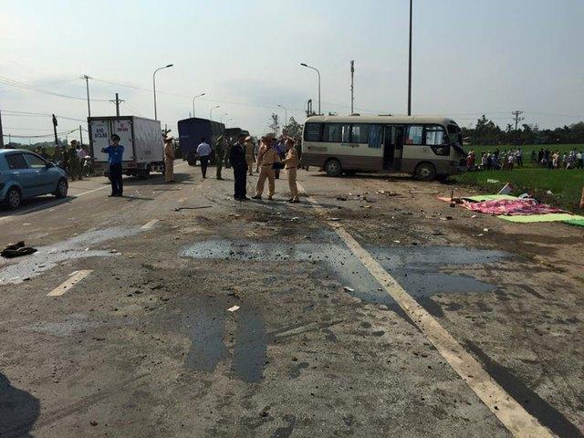 Dầu chảy loang lổ trên mặt đường sau vụ tai nạn