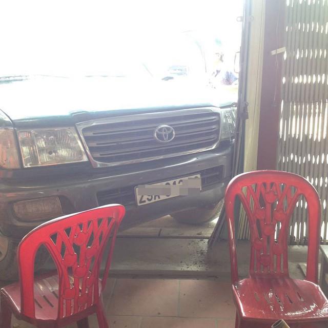 Chiếc Toyota Land Cruiser đâm vào cửa quán ăn...