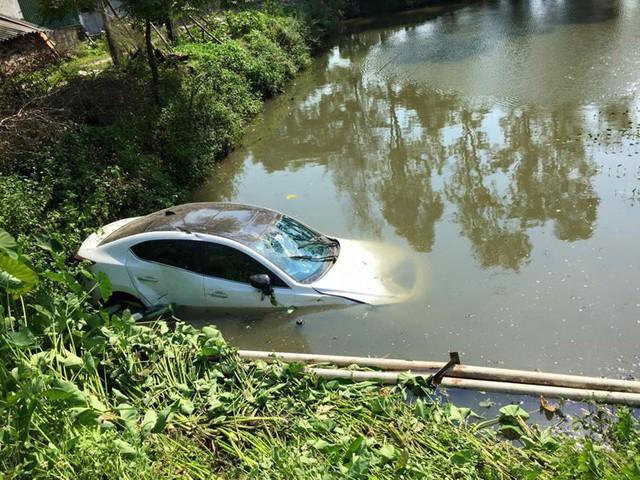 Chiếc sedan màu trắng lao xuống ao (Ảnh: Quốc Vinh/Otofun).