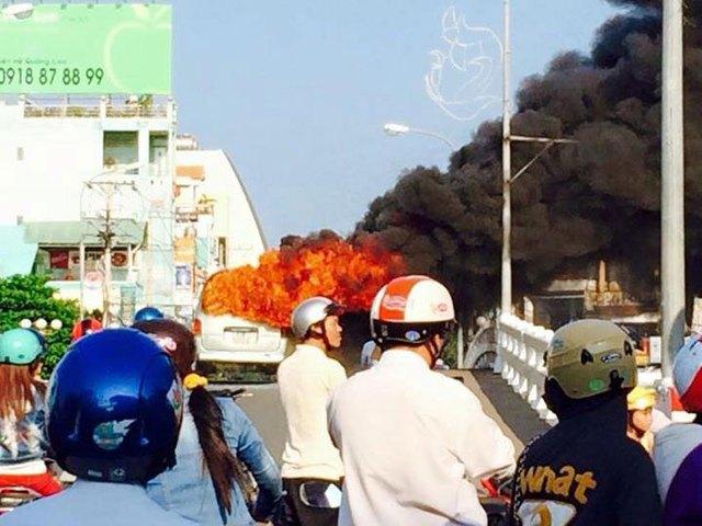 Chiếc xe chở hàng cháy ngùn ngụt trên cầu