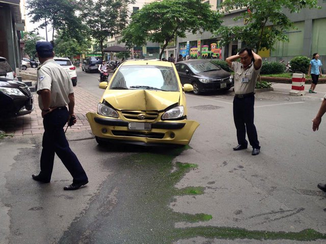 Chiếc xe Hyundai màu vàng bị hỏng nặng phần đầu xe (Ảnh: Nguyen Duc Hoang/Otofun).