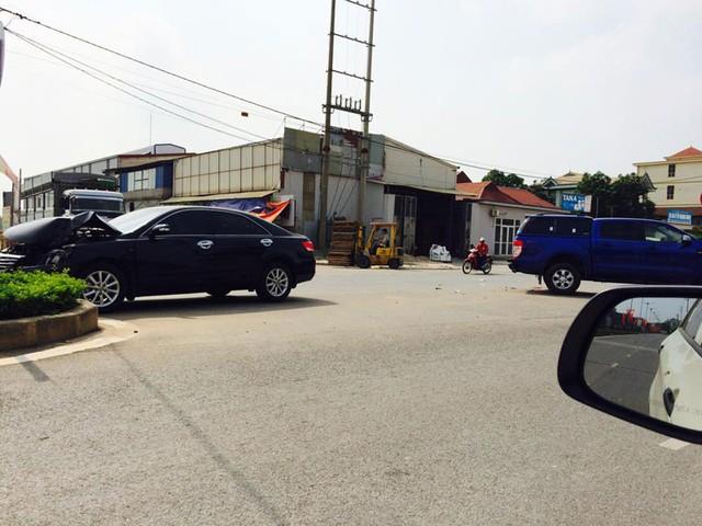 Chiếc Toyota Camry bị hư hỏng đáng kể sau cú va chạm với xe bán tải Ford (Ảnh: MrHung Coi/Otofun).