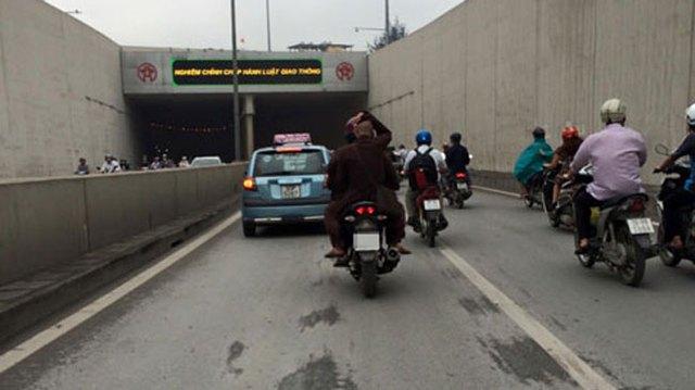 Hình ảnh sư thầy không đội mũ bảo hiểm khi ngồi sau xe máy đã thu hút sự chú ý của nhiều người (Ảnh: Đặng Ngọc Tiến/Otofun).