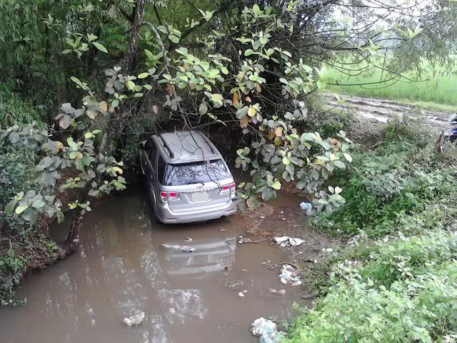 Toyota Fortuner lao xuống ao (Ảnh: Nguyễn Anh Đức/Otofun).
